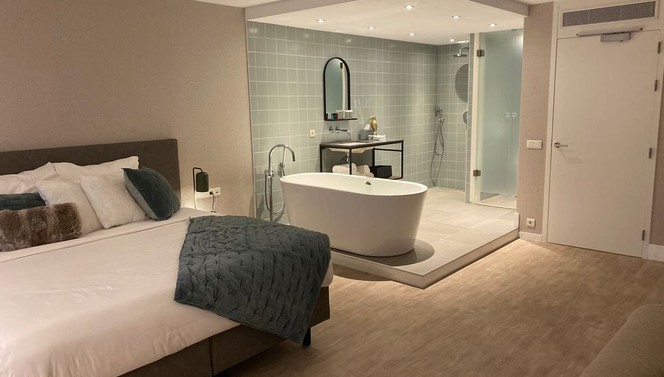 North Suite | Kingsize bed en open badkamer met regendouche en bubbelbad